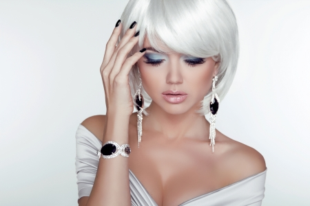 Fashion Beauty Girl. Woman Portrait with White Short Hair. Jewelry. Haircut and Makeup. Hairstyle. Make up. Vogue Style. Sexy Glamour Girl Stok Fotoğraf