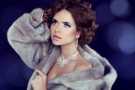 queen diamonds: Inverno bellezza donna in pelliccia di visone di lusso. Archivio Fotografico