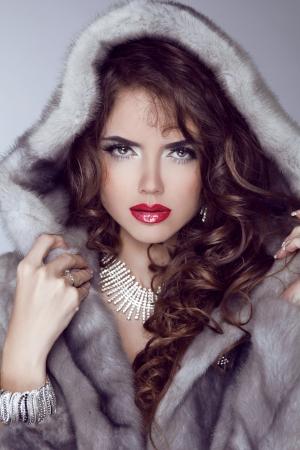 nerts: Het sexy model meisje met het rode lippen stellen in Mink Fur Coat. Winter. Luxe kleding