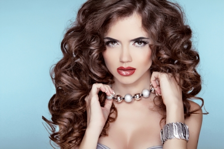 Beautiful brunette with long curly hairstyle Zdjęcie Seryjne - 24124162