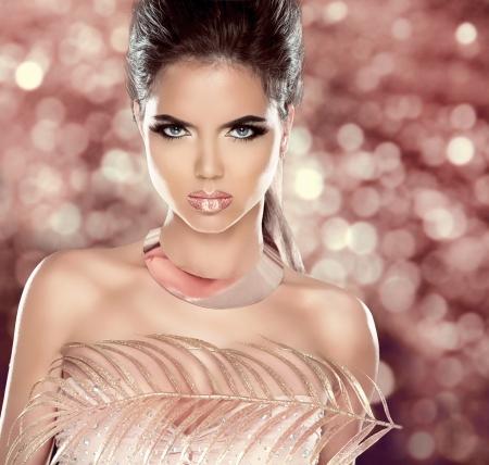 glitter makeup: Glamour Moda mujer retrato con joyer�a de lujo. Peinado. Estilo Vogue. Maquillaje