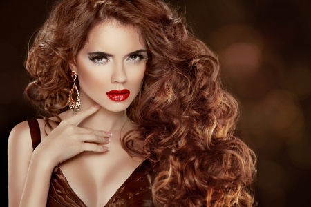 modelo sexy: Beauty Girl Modelo con el pelo brillante de lujo, maquillaje y accesorios