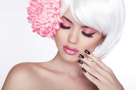 fiore isolato: Bellezza bionda Ritratto femminile con il fiore lilla isolato su sfondo bianco