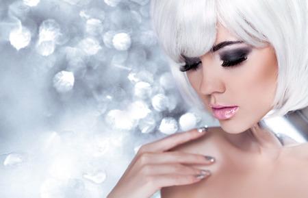 Snow Queen High Fashion portret over grijze bokeh achtergrond.
