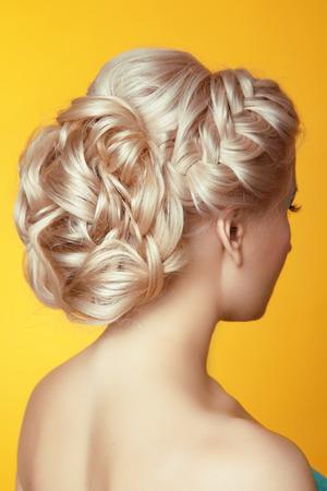 blond hair: Peinado. Belleza Novia rubia chica con estilo de pelo rizado sobre fondo amarillo