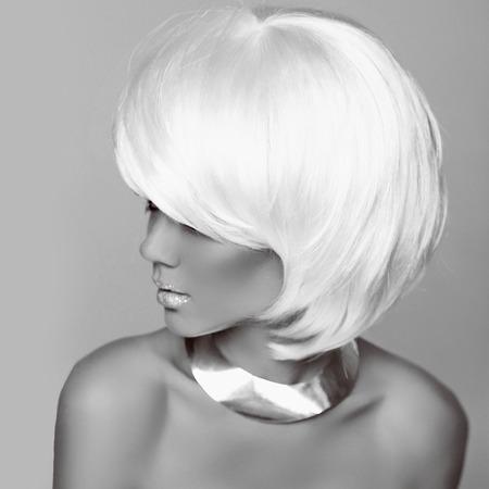 hair short: Peinado. Moda mujer rubia. Blanco Cabello corto. Muchacha modelo hermosa. Foto blanco y negro. Fringe. Joyer�a. Estilo Vogue. Foto de archivo