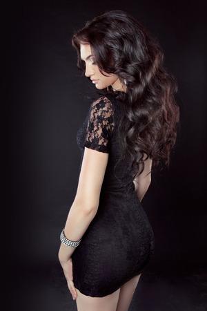 817dc3ed0cc7de Beauty Mode Elegante Vrouw In Rode Jurk Geïsoleerd Op Een Zwarte ...