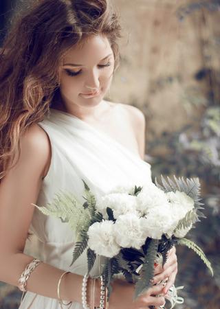 tonalit�: portrait de jeune mari�e. Fille avec bouquet de mariage de fleurs blanches, la tonalit� douce Banque d'images