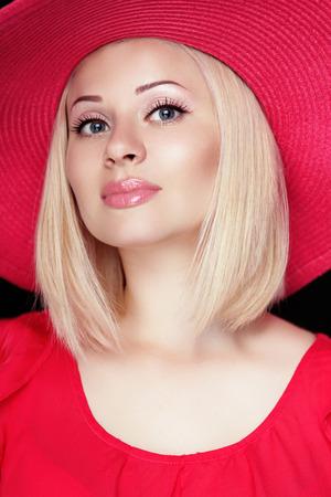 labbra sensuali: Bella donna bionda con il trucco, le labbra sensuali indossando cappello rosso, acconciatura