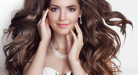model  portrait: Bella moda modello sorridente ragazza ritratto. Lunghi capelli sani ondulati. Trucco professionale.
