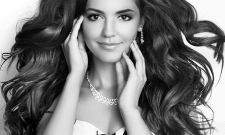 aretes: Retrato de belleza Chica Modelo de modas. Largo cabello ondulado saludable. Maquillaje profesional. Foto blanco y negro