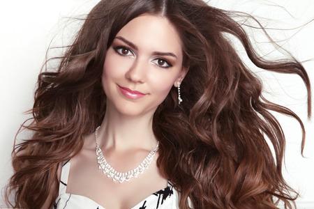 Beauty fashion lachende meisje model portret. Lang gezond Golvend haar. Professionele make-up.