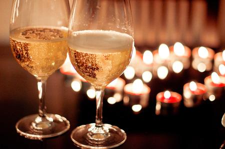 Glasses of champagne and candles: Bữa tối lãng mạn, hai ly rượu vang valentine nền của rượu vang và nến Kho ảnh