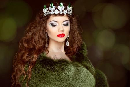 corona de reina: Belleza Chica Modelo de manera en abrigo de pieles. Las joyas con diamantes. Mujer hermosa del invierno de lujo.