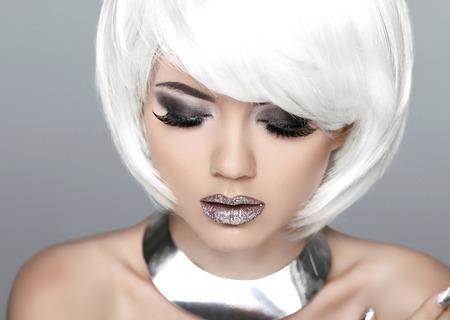 白い髪の短いファッション スタイリッシュな美しさの肖像画。美しい少女の顔のクローズ アップ。散髪。髪型。フリンジ。プロのメイク。 写真素材