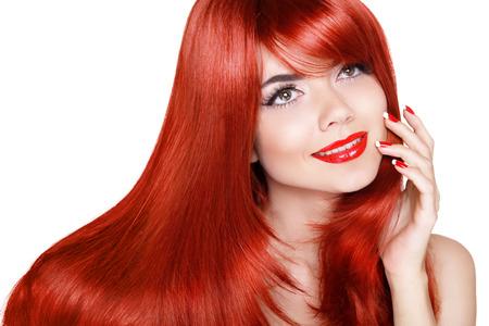 Gezond lang haar. Mooi meisje met rode lippen en golvende haren geïsoleerd op een witte achtergrond.