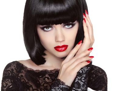 구성하다. 잘 손질 된 손톱. 뷰티 소녀 초상화입니다. 붉은 입술. 위로 짧은 밥 머리. 헤어 스타일. 여성의 초상화는 흰색 배경에 고립 스톡 콘텐츠