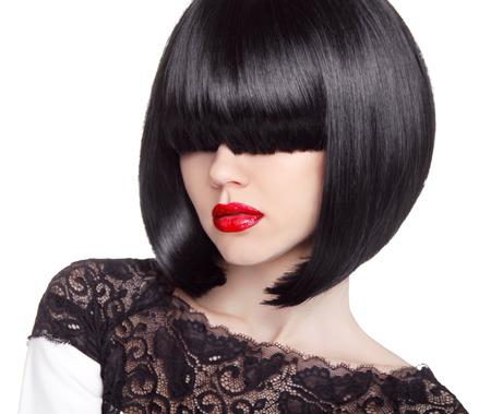 ファッション ボブのヘアカット。髪型。長いフリンジ。短い髪のスタイル。赤い唇の白い背景で隔離のブルネットの少女