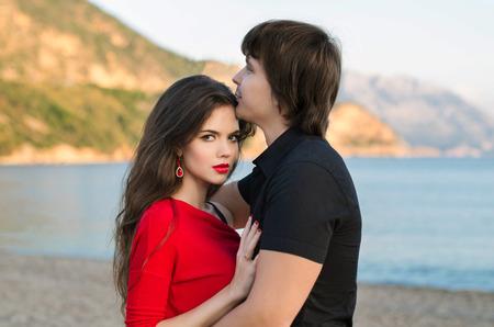 amantes: Retrato atractivo joven pareja, amantes rom�nticos en amor en la playa de la puesta del sol.