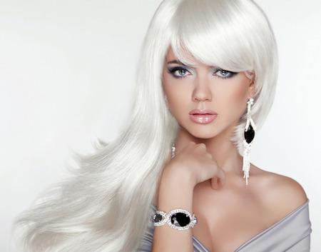 Schoonheid aantrekkelijke blonde portret. Wit lang haar. Mode meisje model poseren met dure juwelen.