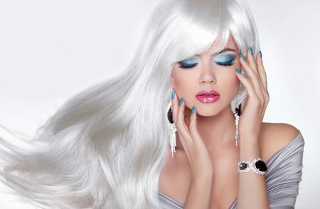 Beauty Make-up. Lang haar. Blond meisje met witte golvende haistyle in sieraden. Gemanicuurde nagels. Salon van schoonheid. Stockfoto