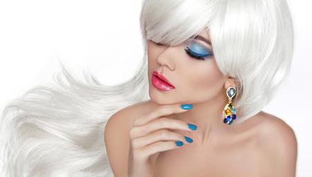 흰색 긴 머리. 아이 메이크업. 패션 쥬얼리, 관능적 인 붉은 입술, 흰색 배경에 고립 잘 손질 된 손톱과 아름 다운 금발.
