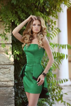 cabello rizado: Modelo joven chica de moda en el vestido de moda de moda. Verano delgado señora con larga duración retrato pelo rizado. Foto de archivo