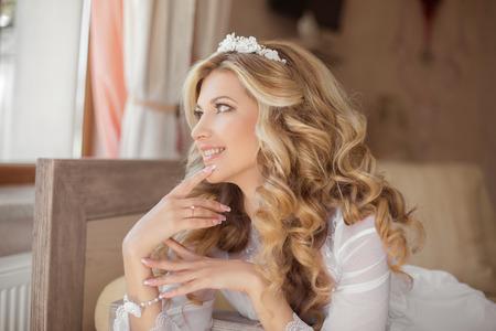 美しい笑顔の花嫁の幸せな朝の肖像画。結婚式の髪型。結婚式の装飾。