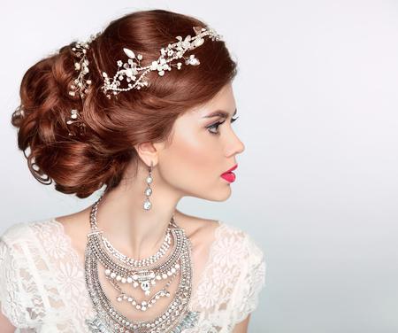 romantyczny: Fryzura ślubu. Piękna panna młoda dziewczyna portret mody modelu. Luksusowe biżuterii. Atrakcyjna młoda kobieta z rudymi włosami.