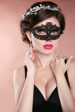 anochecer: Modelo hermoso de la muchacha caliente con máscara. Maquillaje. Peinado. Joyería. la mujer del encanto llevaba máscara veneciana del carnaval de la mascarada