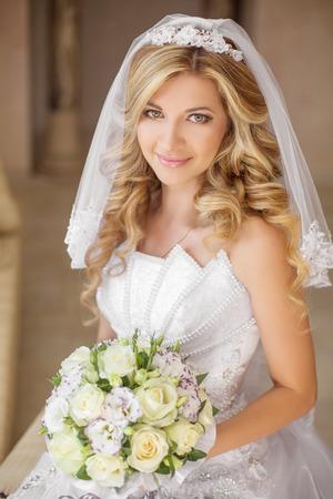 美しい花、結婚式のメイク髪型、ブライダル ベールの花束と笑顔花嫁の女性。白いウェディング ドレスを着ている少女 写真素材 - 46144419