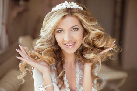 髪の毛。美しいブルネット花嫁少女。結婚式のメイク。健康な髪は長い。美容モデルの女性。屋内の肖像画。 写真素材
