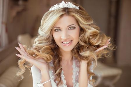 Haar. Mooie brunette bruid Meisje. Bruiloft make-up. Gezond Lang Haar. Schoonheid Model vrouw. Indoor portret. Stockfoto