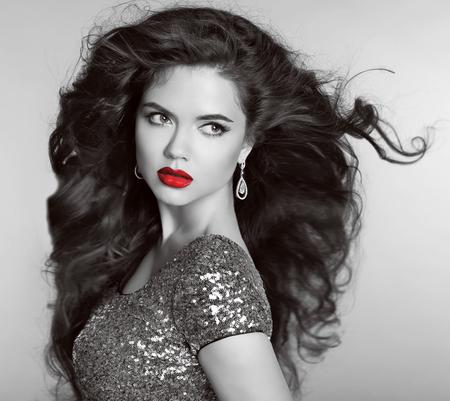 mujer elegante: Labios rojos. Retrato retro hermoso. Pelo ondulado largo Helthy. Diamantes Bisutería y joyería. Sombras grises.