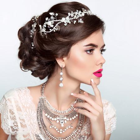 結婚式のエレガントなヘアスタイルと美容ファッションのモデルの女の子。貴重な宝石、手入れされた爪と美しい花嫁の女性。メイク。エレガント