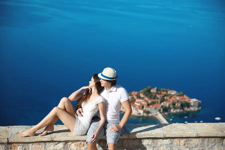 femme romantique: Romantique jeune couple dans l'amour sur la bord de la mer au-dessus de l'�le de Sveti Stefan � Budva, au Mont�n�gro. Voyage. Vacances. Famille. Banque d'images
