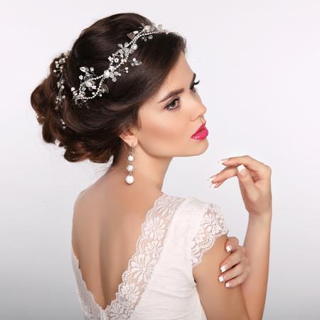 Retrato de mujer de belleza. Peinado de la boda. Modelo de la muchacha de la novia hermosa de la manera. Joyería de lujo. Uñas cuidadas. Mujer joven atractiva con estilo de pelo.