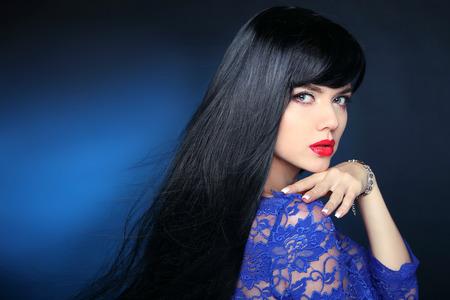 pelo largo: Cabello hermoso. Mujer morena con el corte de pelo largo recta suave y brillante. Muchacha modelo de la belleza con el pelo negro saludable.