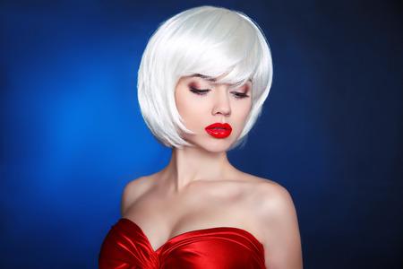 maquillaje de ojos: Primer plano retrato de mujer rubia aislada sobre fondo azul oscuro. ojo de la cara de maquillaje. Franja.