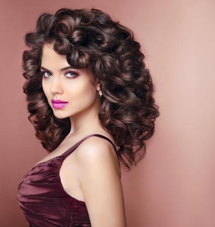 schöne augen: Curly Frisur. Schöne lächelnde Frau mit Make-up und gesunde welligen Frisur. Beauty Mode-Porträt. Elegante Dame Studioportrait. Lizenzfreie Bilder