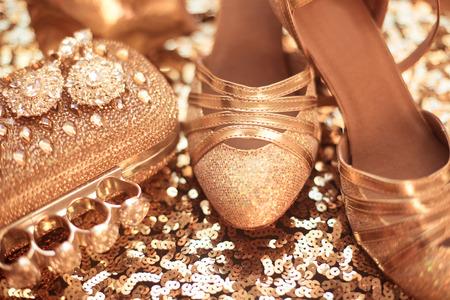 Frauen Kleidung und Accessoires. Golden. Mode Schuhe. Teure Luxus-Schmuck close-up Hintergrund. Glänzende Kristalle Edelstein Schmuck
