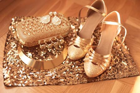 Dorado. Ropa de mujer y accesorios. Zapatos. joyería de moda de lujo. colgante de cerca y de fondo caro. Brillante Cristal joyas preciosas Gema Foto de archivo