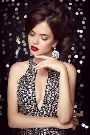 mujeres elegantes: Maquillaje. joyería de moda, mujer hermosa en vestido moldeado, elegante dama en colgante pendientes de caras de cerca. Belleza retro Peinado.
