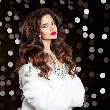 3b0463b8f08eb8  68650196 - Elegante mode mooie brunette vrouw portret in witte bontjas.  Aantrekkelijk meisje model met rode lippen make-up