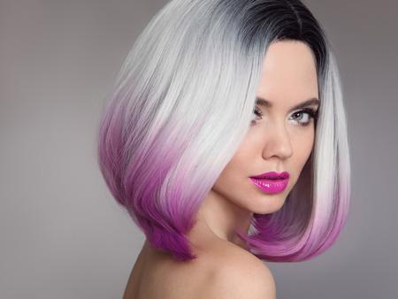 色付きのオンブレヘアエクステンション。グレーの背景に隔離された短いボブ紫色の髪型を持つ美容モデルの女の子のブロンド。クローズアップ女