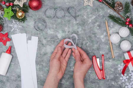 Christmas diy craft, making three-dimensional paper decor for decorating a room. Step-by-step instructions. Step 23- get the fourth heart-shaped decor element Imagens