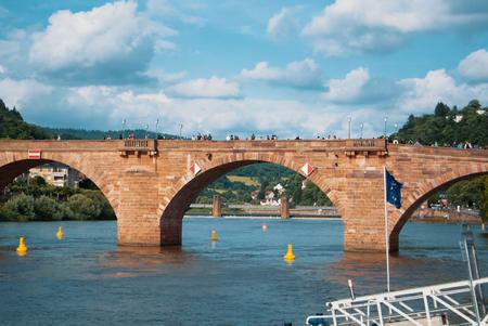 ハイデルベルク, ドイツ - 2017 年 6 月 4 日: カール ・ テオドール橋、多くの家屋と日当たりの良い夏の夜、ハイデルベルク、ドイツの背景の丘 Nekkar  報道画像