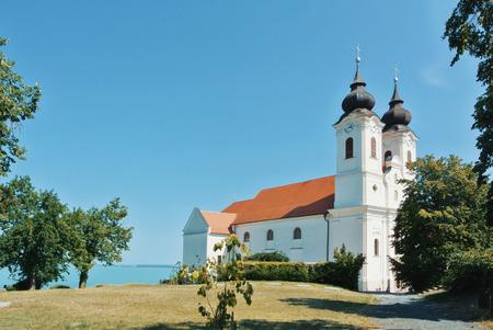 Balaton 호수, 헝가리 이상 언덕에 Tihany의 역사적 베네딕토 회 수도원의 전망.