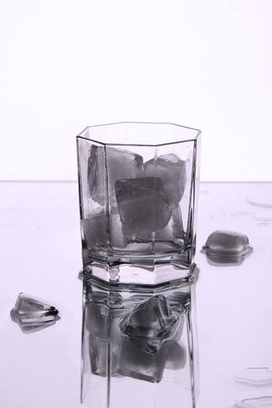 condensacion: Un vaso con hielo.