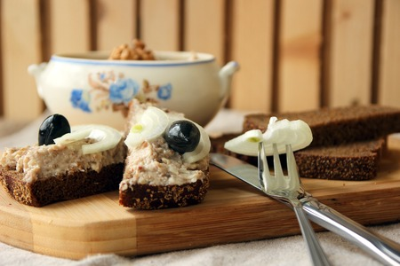 morsel: Slices of rye bread with mincemeat.